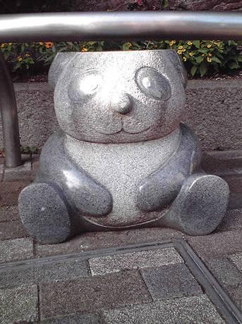 『パンダ石椅子』撮影:J.F.Kooya